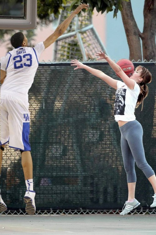 Batalla-de-photoshop-de-Jennifer-Lawrence-jugando-basquet-15-500x750