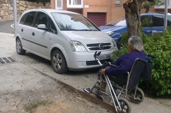 coche-mal-aparcado-que-dificul_54237087235_53389389549_600_396