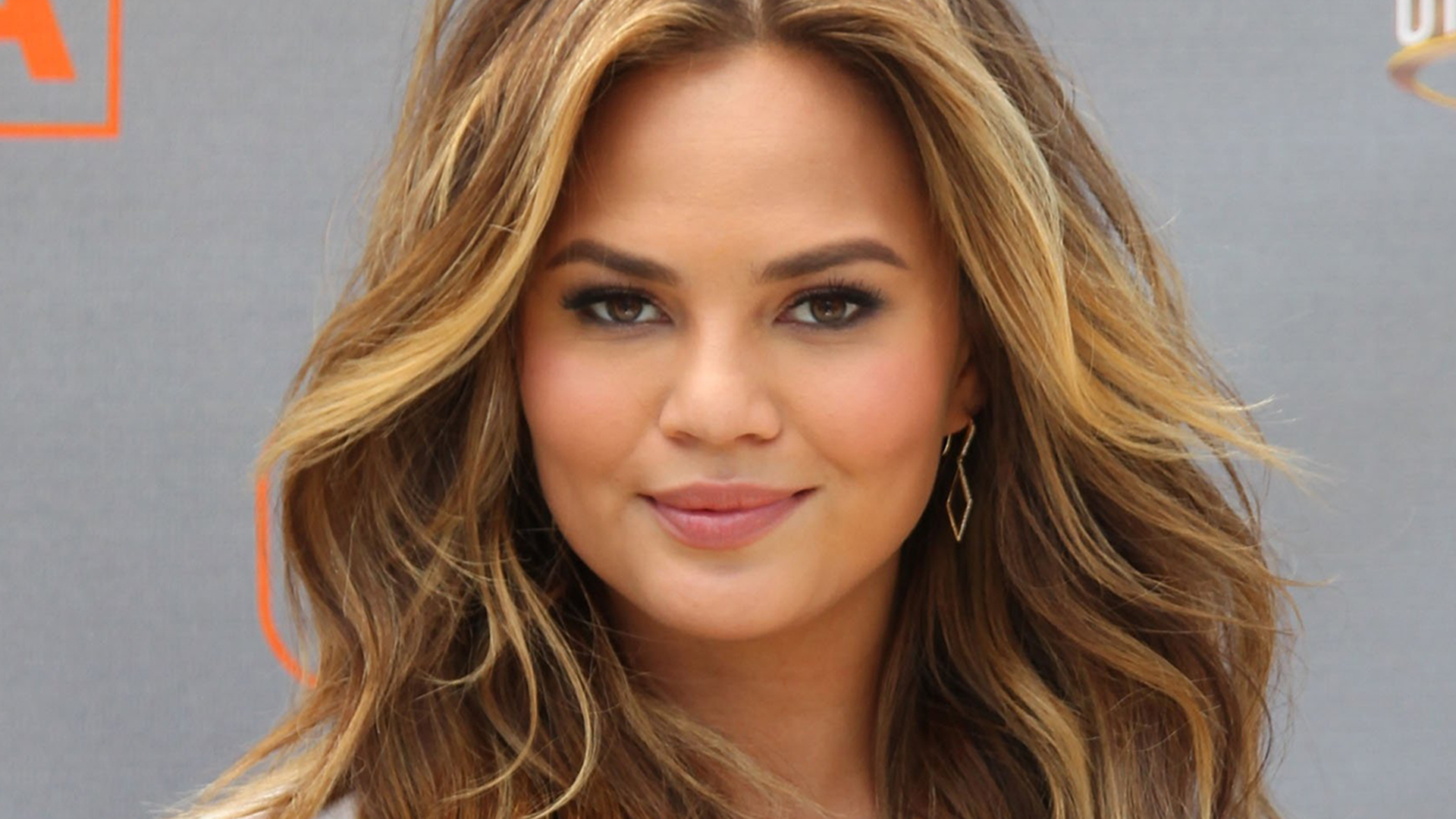"UNIVERSAL CITY, CA - MAY 20: Model Chrissy Teigen visits ""Extra"" at Universal Studios Hollywood on May 20, 2015 in Universal City, California. (Photo by David Buchan/Getty Images)"