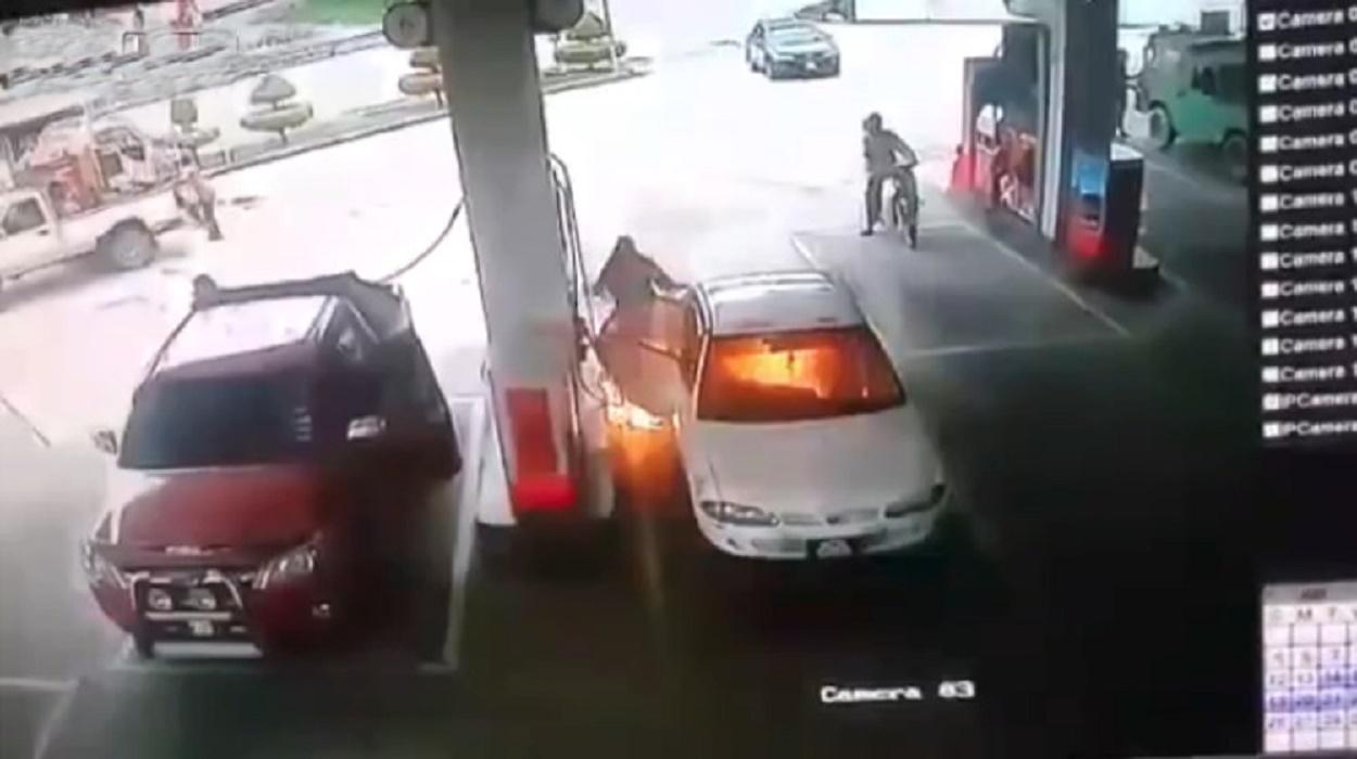 coche-arde-gasolinera-niño-encendio-mechero