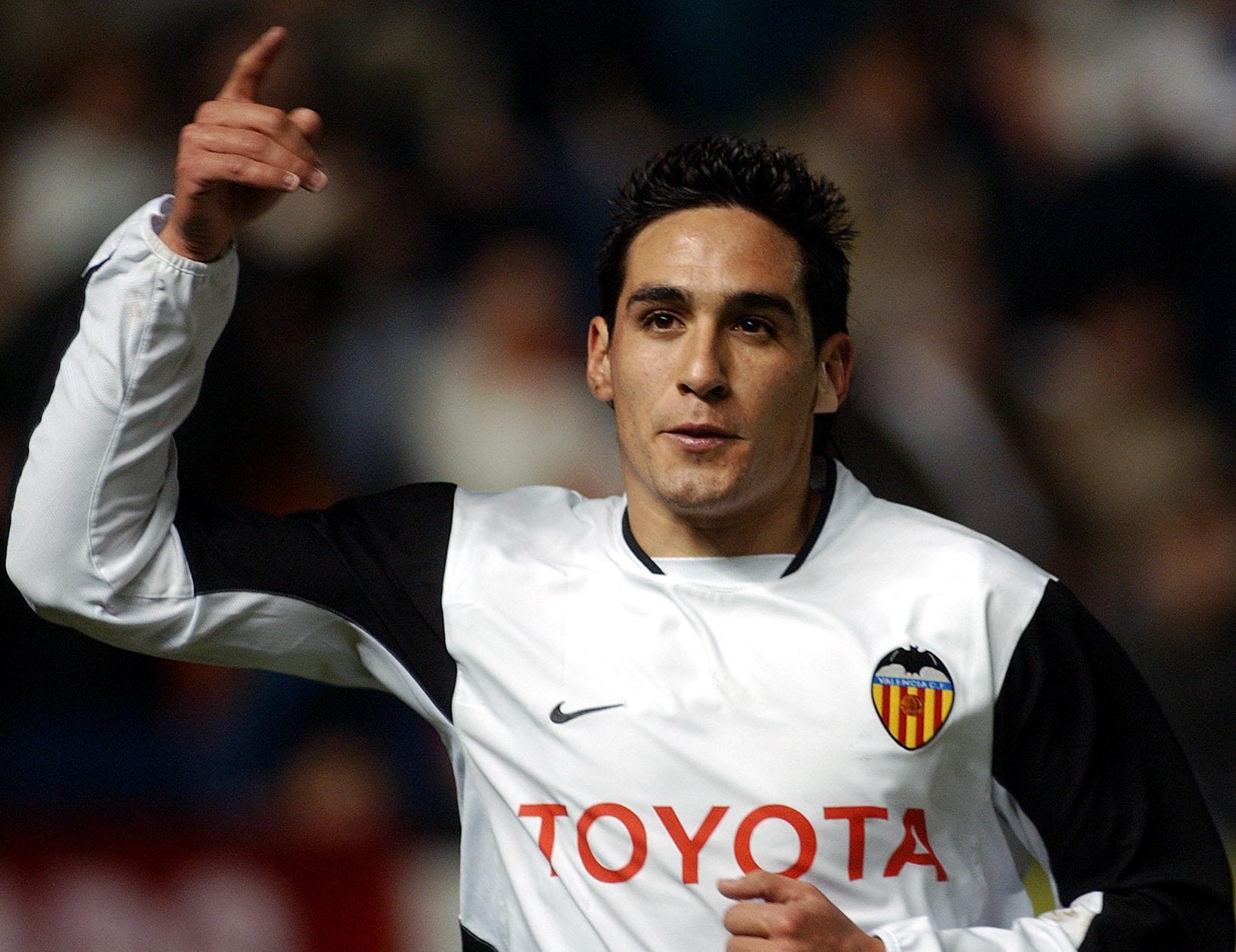 COPA DEL REY:OSASUNA-VALENCIA - DEP - SPORTS,SOCCER - PAM01 PAMPLONA 14-01-04.- El jugador valencianista Vicente celebra el primer gol coonseguido por su equipo, durante el partido de vuelta de los octavos de final de la Copa del Rey que ha enfrentado esta noche en el estadio de El Sadar a Osasuna y Valencia. EFE/VILLAR LOPEZ. - PAMPLONA - NAVARRA - ESPAÑA - VILLAR LOPEZ - gf - SPORTS,SOCCER.- VICENTE.- JUGADOR DEL VALENCIA.- EXTREMO IZQUIERDO.- GOL.- FUTBOLISTA.- DEPORTISTA