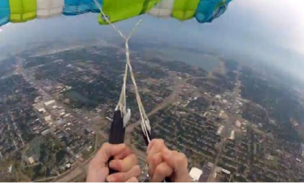 Este hombre se tira con paracaídas, se le rompe y ... mira lo que pasa - CABROWORLD