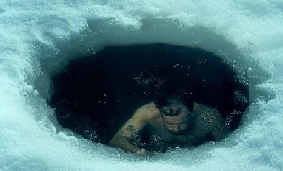 """El """"HOMBRE DE HIELO"""" que es capaz de enterrarse desnudo bajo la nieve sin pasar frío y bucear a 0º bajo el hielo ártico - CABROWORLD"""
