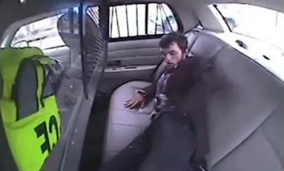Un preso escapa de un coche policial de la forma más sorprendente - CABROWORLD