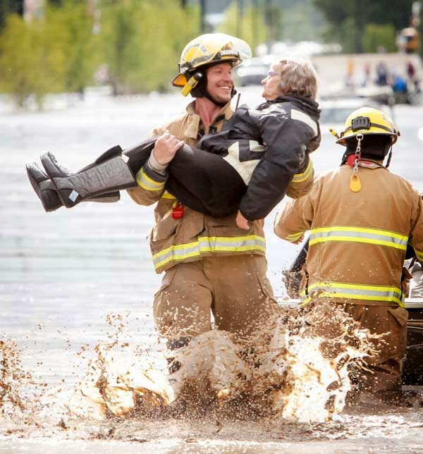 bombero-rescata-señora