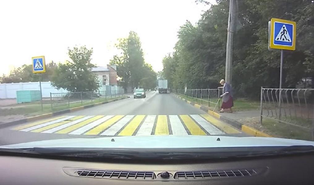 moto-choca-contra-coche-paso-cebra