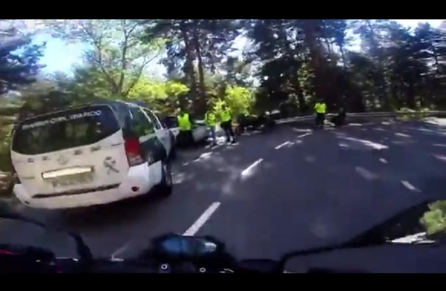 [Vídeo] Motorista a punto de estrellarse contra un control de la Guardia Civil - CABROWORLD