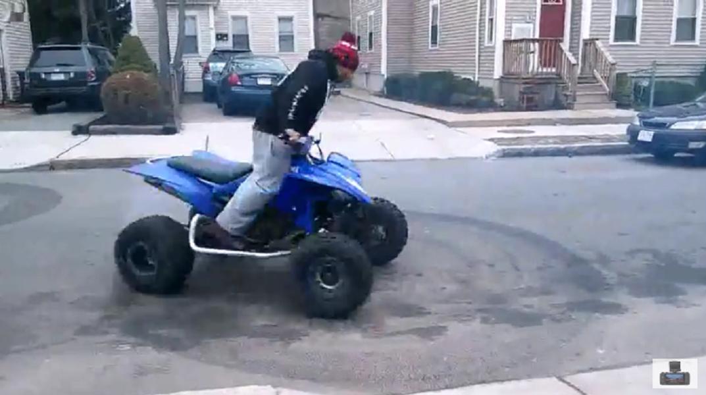 Sale disparado del quad mientras farda delante del vecindario - CABROWORLD