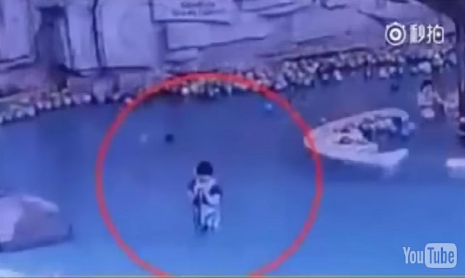 Un ni o se ahoga en una piscina mientras su madre est - Como se hace una piscina ...