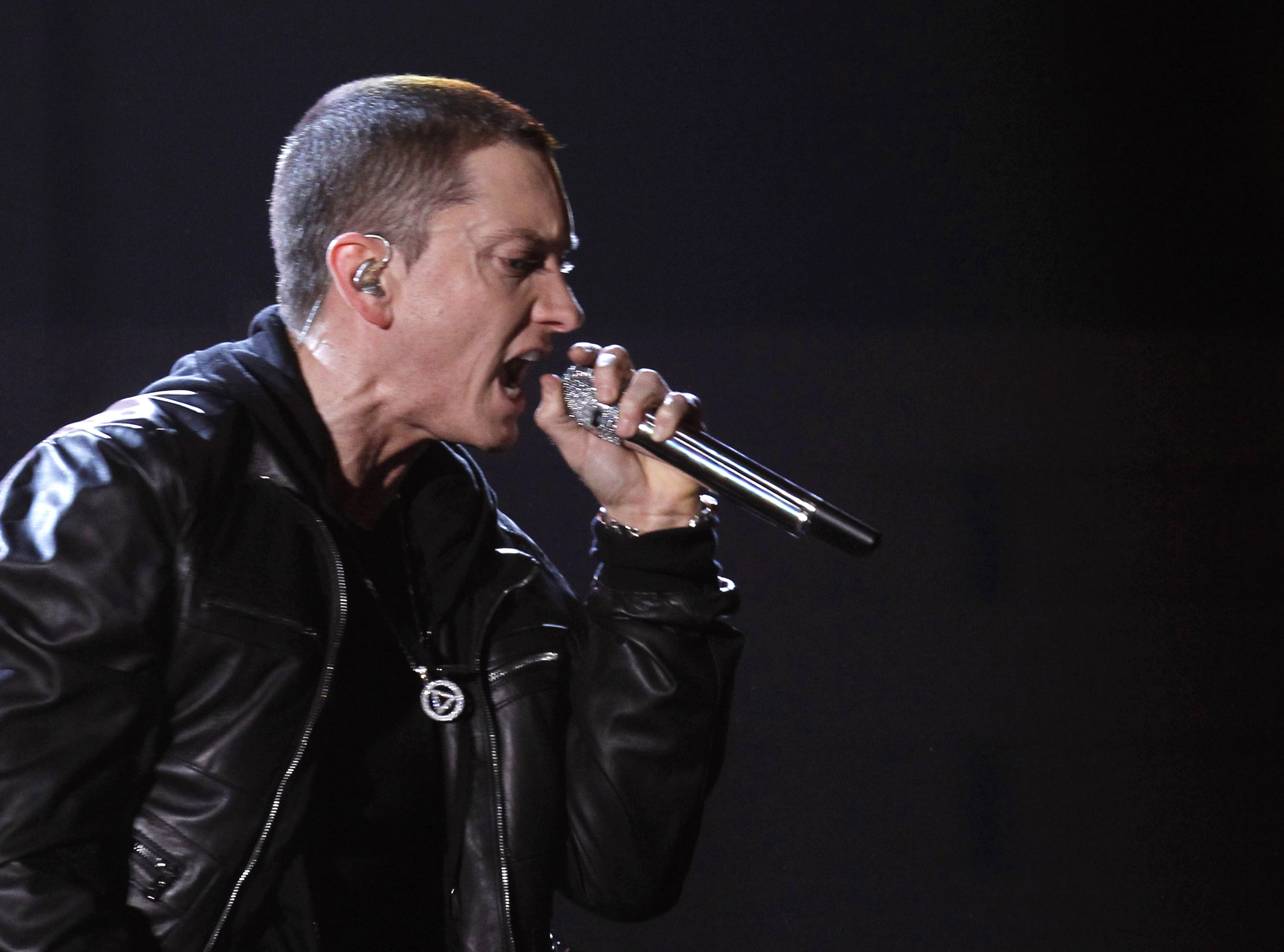 "Eminem performs ""I Need A Doctor"" at the 53rd annual Grammy Awards in Los Angeles, California February 13, 2011. REUTERS/Lucy Nicholson (UNITED STATES - Tags: ENTERTAINMENT) (GRAMMYS-SHOW) - RTR2IKN9"