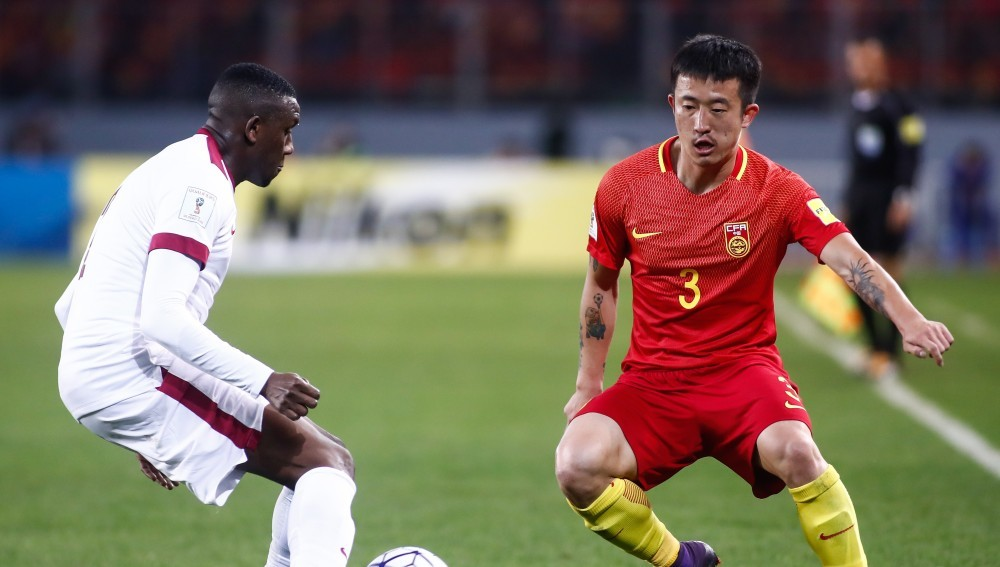 KUNMING, CHINA - NOVEMBER 15: Mohamed Musa(L) #2 of Qatar and Jiang Zhipeng(R) #3 of China vie for the ball during the 2018 FIFA World Cup Qualifier match between China and Qatar at Tuodong Stadium on November 15, 2016 in Kunming, Yunnan Province of China. (Photo by Stringer/Anadolu Agency/Getty Images)