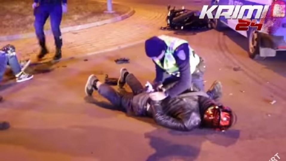 La policía persigue y derriba a una pareja que escapa en una BMW S1000RR - CABROWORLD