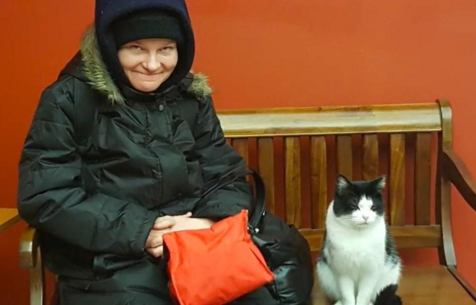 oreo-gato-que-vive-en-un-hogar-de-ancianos-4