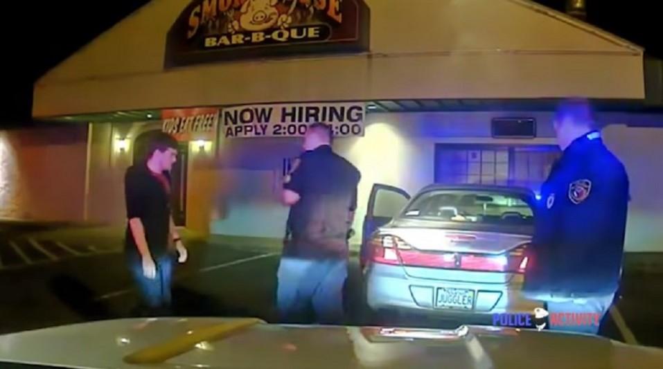 La Policía para a un joven y él hace esto para demostrar que está sobrio - CABROWORLD