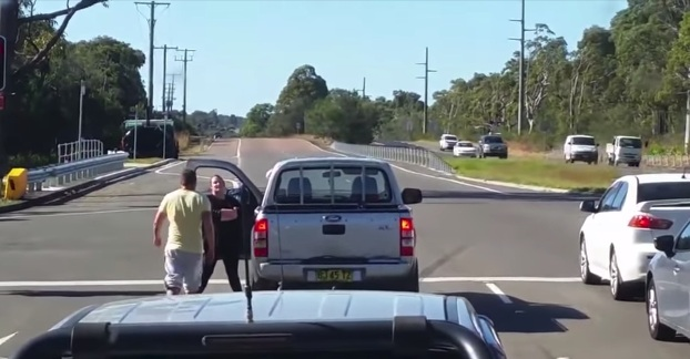 hombre-pega-punetazo-mujer-discusion-trafico-australia