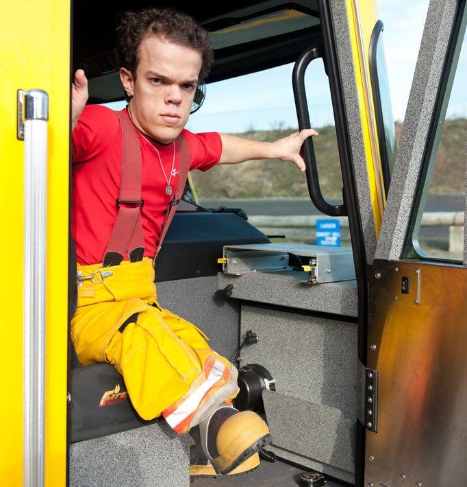 Conoce al mini hulk que es modelo y bombero