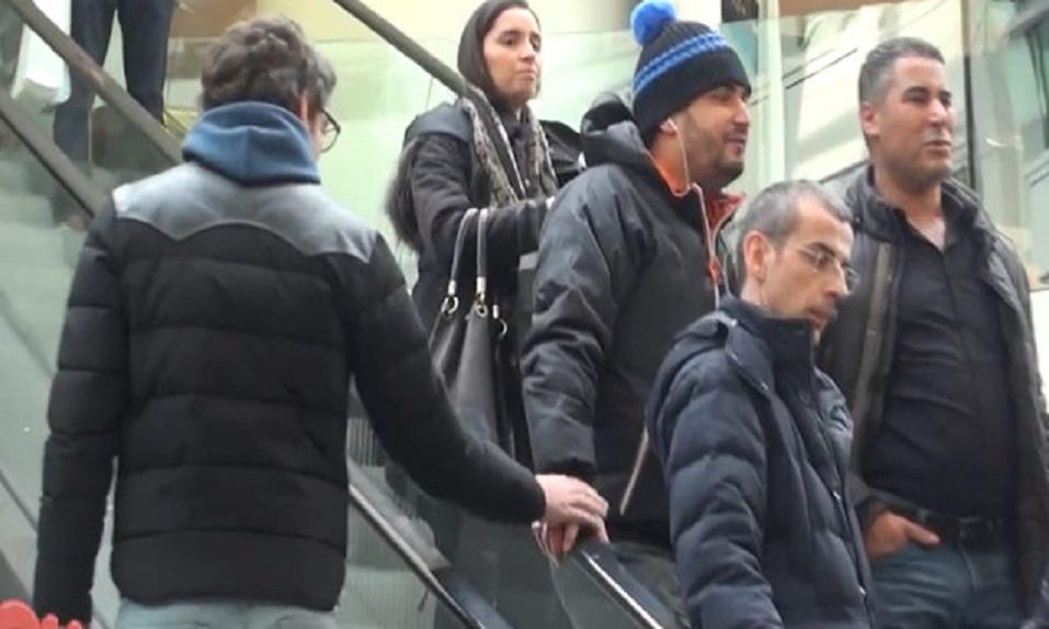 Hombres tocan a otros hombres en las escaleras mecánicas.... ¡MIRAD LAS MALAS REACCIONES DE ESTOS! xD - CABROWORLD