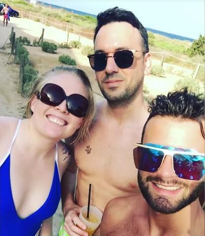 Mujer tiene dos novios y viven todos juntos