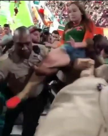 policiapegapuñetazo3