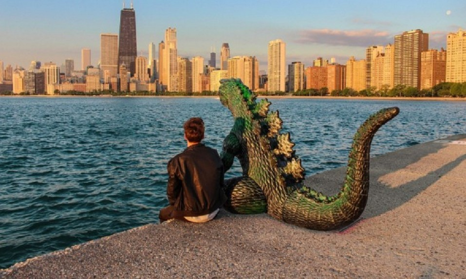 Insólito| Viaja por el mundo con su Godzilla